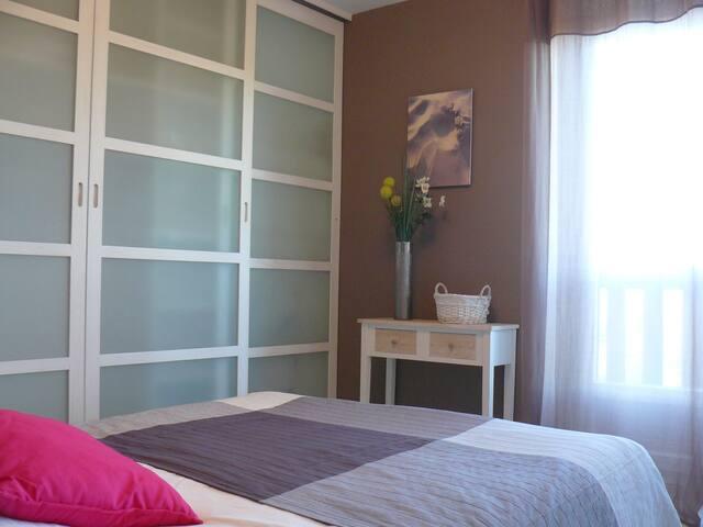 La chambre avec placard penderie