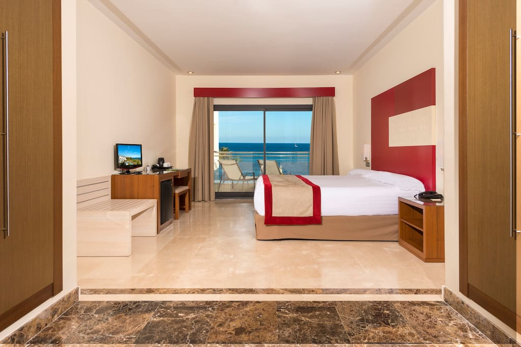 Main bedroom, with direct access at the terrace