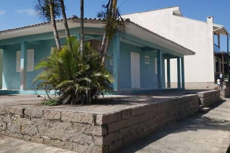 Casa de esquina a 100m do mar e 300m do chuveirão