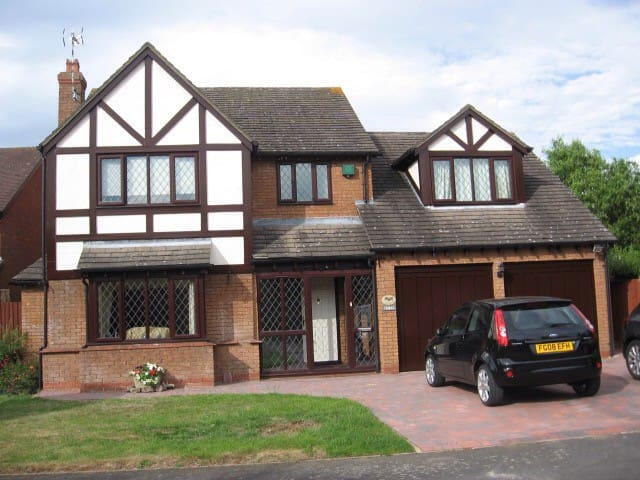 Large double bedroom in family home - Broughton Astley - Casa