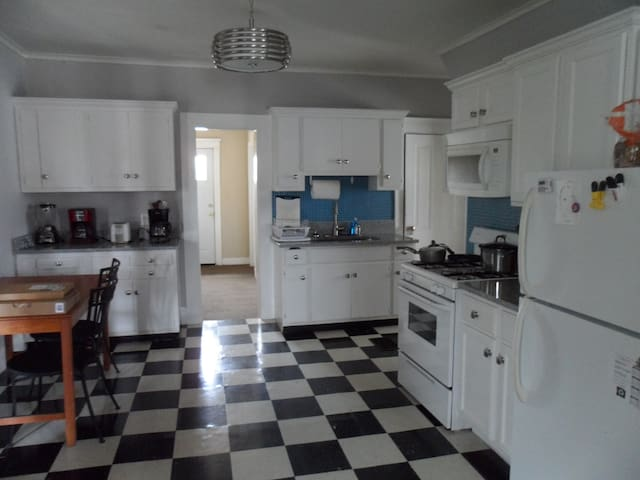 5 Bedroom Convenient to ND and Downtown