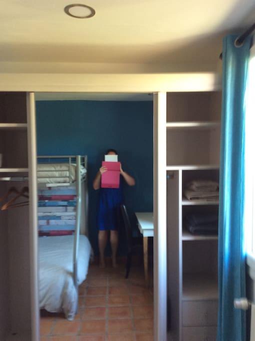 La grande armoire dressing de 180cm de long avec miroir