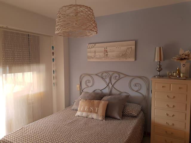 Habitación con cama de matrimonio de 1,50*1,90, con salida a la terraza y con armario empotrado de 4 puertas