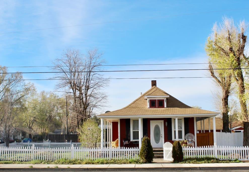 A charming historic home in Madras town center, near all amenities and activities for the Total Eclipse.