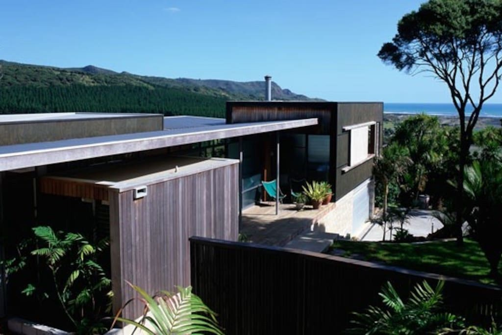 Award winning Beach house and Art Studio in Beautiful Bethells beach.