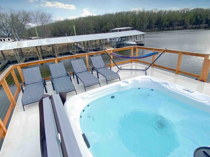 Luxury Floating Cabin on Mississippi. HOT TUB!