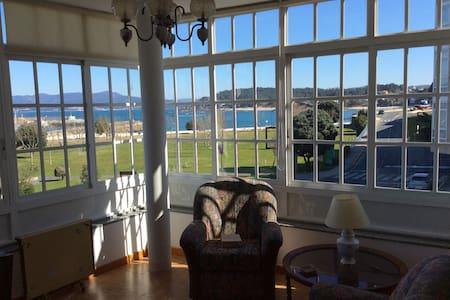 Casa primera línea de mar en pueblo - Porto do Son