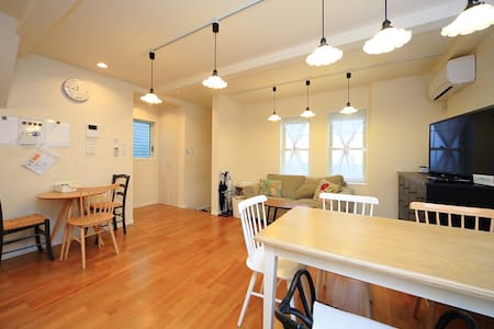 ***Cozy private room and Specious common room*** You will have your own room to relax in, but you will share with other guests the common space which is so cozy, and where you can hang out with them and your friends :)