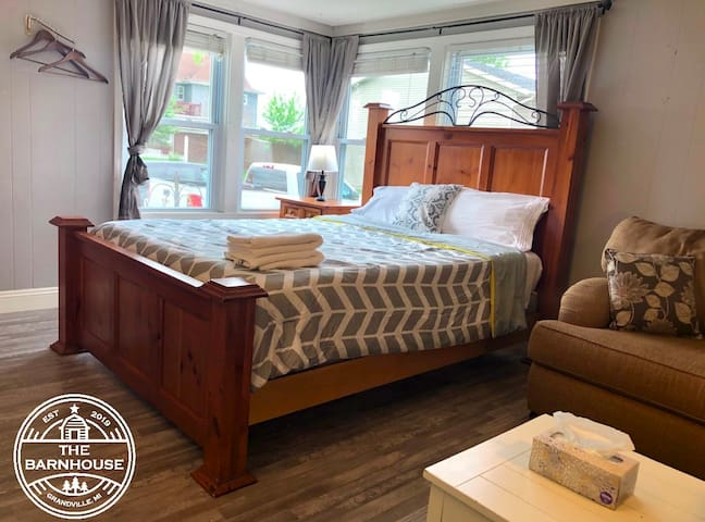 The Barnhouse! - Studio Bedroom - $0 cleaning fee!