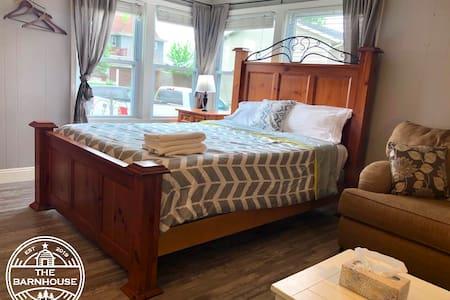 The Barnhouse! - Studio Bedroom - $0 cleaning fee!