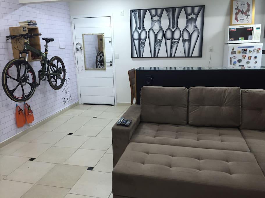 """Sofá-cama KING SINZE (2.00 x 2.20 metros) ultra confortável. Decoração """"urban arts"""". Bicicleta Land Rover decorativa (locação à combinar)."""