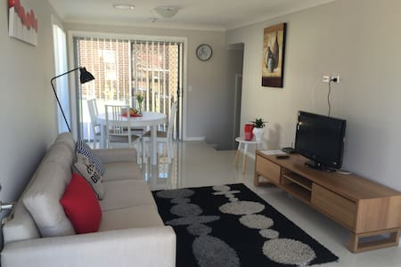 Comfortable home in quiet street - Blacktown - Adosado
