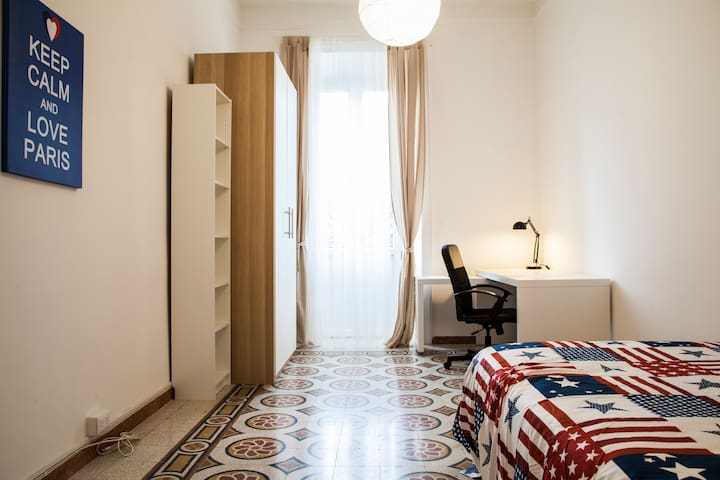 Cosy room in an ancient apartment in Rome center