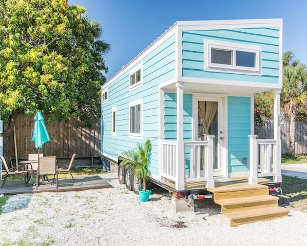 Tiny Aqua Oasis- Tiny House that sleeps 6 comfortably Free WiFi