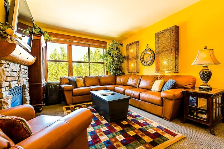 Plush Village Lodge 2BR Corner Condo 300+ Reviews!
