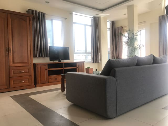 Spacious living room with park view, sunlight all day long, a good place to watching the city while enjoying a glass of wine