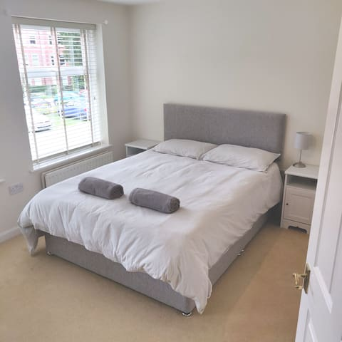 Spacious En-Suite Room with King Size Bed in L18