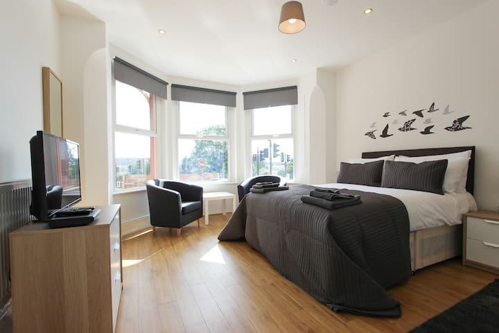 Huge & Bright Double Bedroom in Dollis Hill! BR1 - London - House