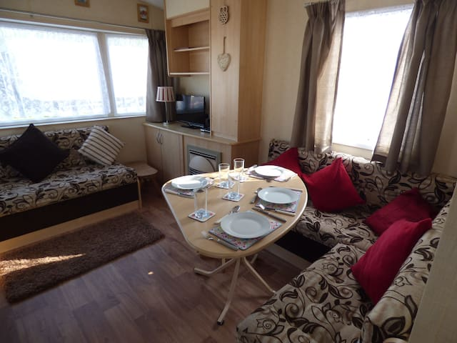Caravan for 4 with WiFi & Private access to Beach.