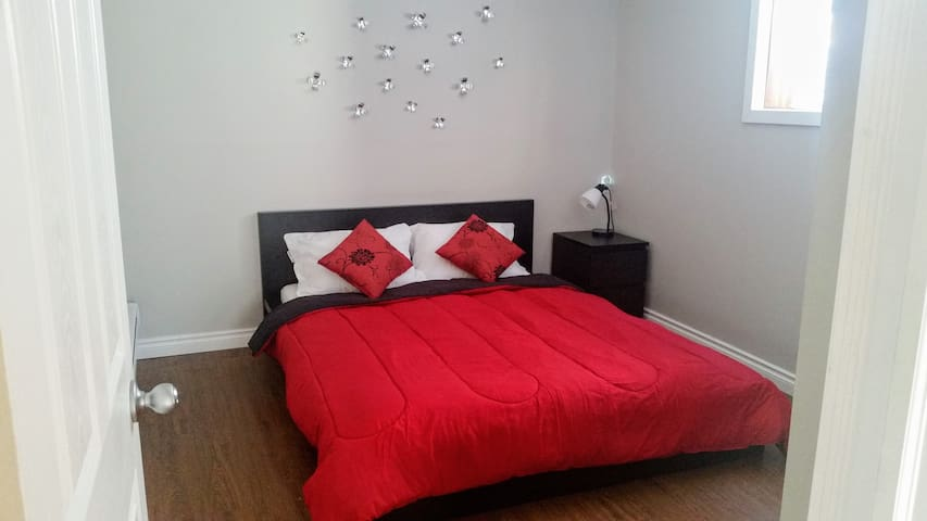 Bright&Cozy Private Suite, 10 min to Airport (YYC) - Calgary - Huis