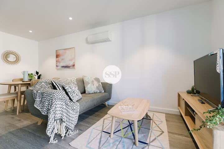 Relaxing 2BDR apartment across Doncaster Westfield