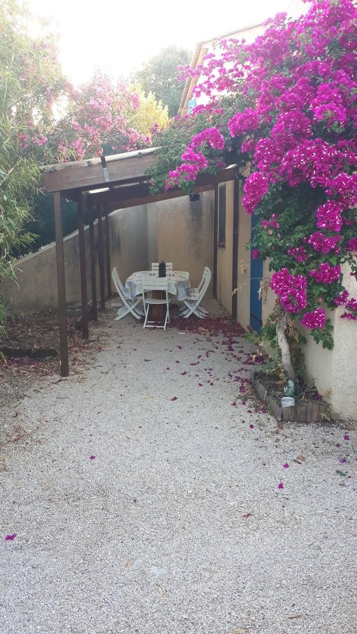 Bas de villa : T4 avec barbecue & chaises longues