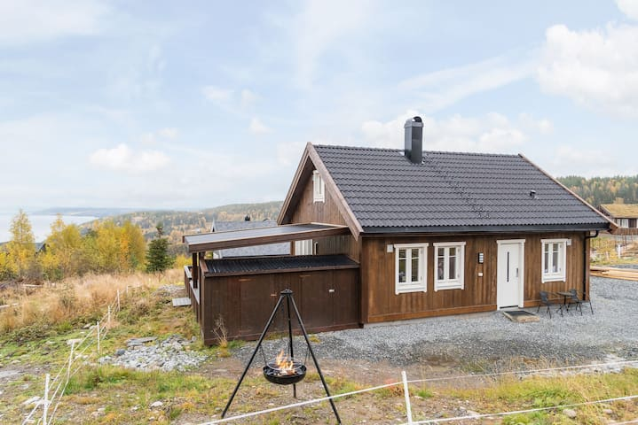 Moderne hytte i fantastiske omgivelser!