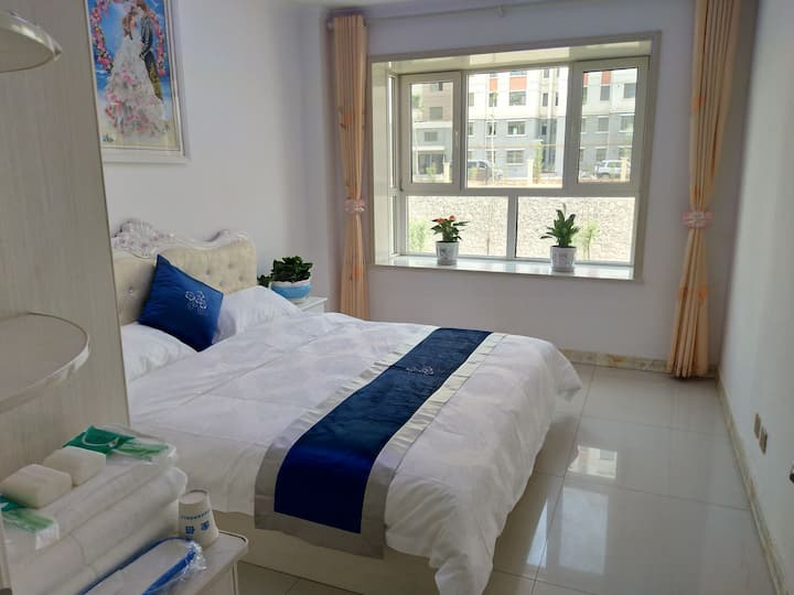 海东鸿喜家庭宾馆:温馨大床房,提供机场免费接送。
