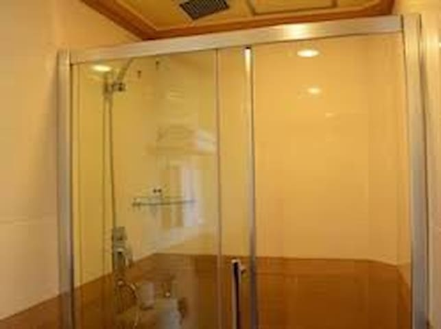 Shower area in a birth room