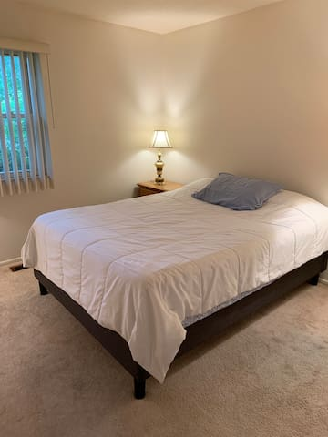 QUEEN'S COVE, a Private Room w Queen Bed & Roku TV