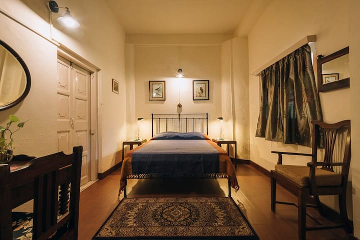 Classic Room : Clifton - Pura Stays - Nainital - Guesthouse