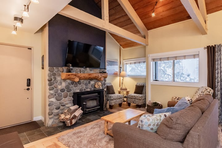 Classic Mammoth Townhouse with wifi and hot tub access