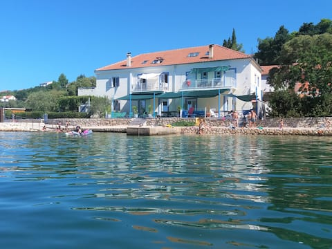 NEW! Uniqe Holiday House  FREE Highspeed WI FI
