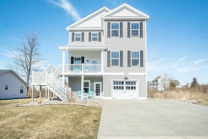 Gorgeous home w/ furnished patio, decks, & open living space - easy beach access