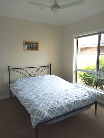 Clean comfortable room in Spring Farm