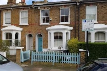 Pretty 3 Bedroom, 5 Bed House, Wandsworth Common.