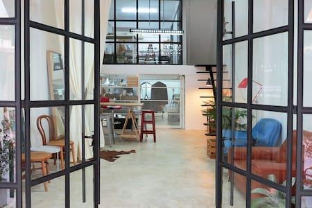 Designer's loft next to skytrain. - Bangkok
