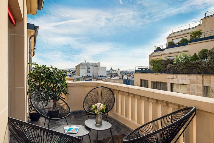 Champs Elysées Cosy Two Bedroom with Terrace