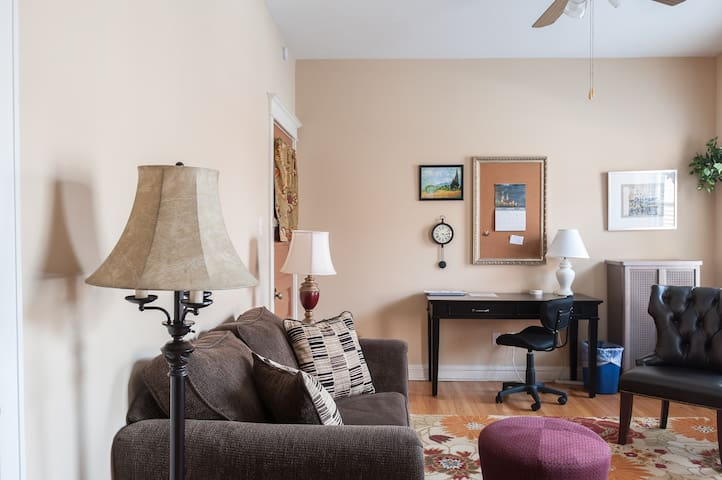 Serene Style in Heart of Central West End - St. Louis - Lägenhet
