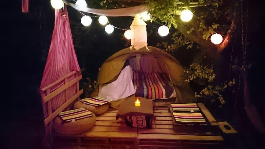 Apt dans un jardin, petite tente  - Apt