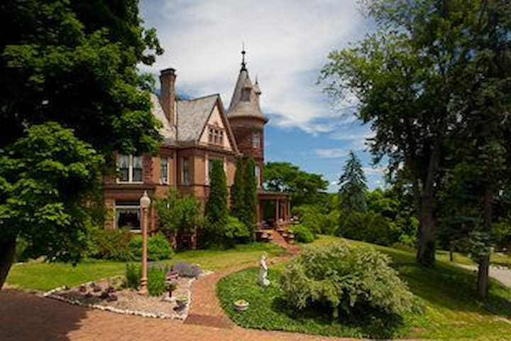Historic Henderson Castle Inn. - Kalamazoo - Castle