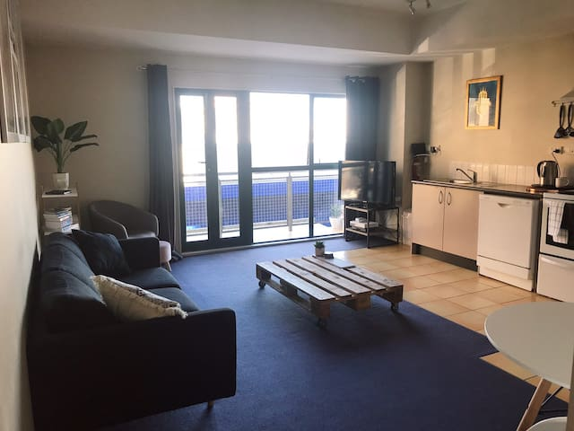 Stylish inner-city apartment. Moments to Cuba st!
