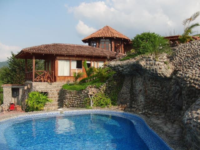 Gorgeous private Cottage with stunning views & access to swimming pool & hot tub.