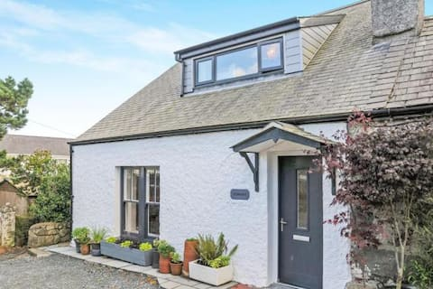 Pennant Cottage - walking distance to beach & pub