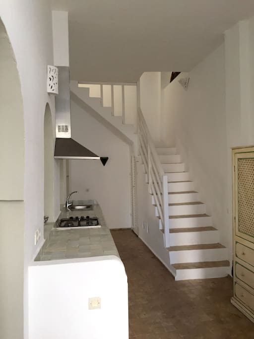 Entrada de la casa con cocina office y escalera hacia el primer piso