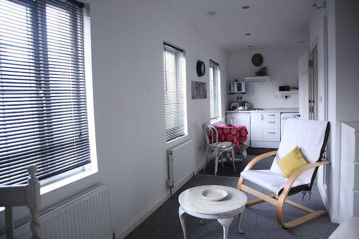 Slough Town Centre Self Contained Studio Apartment - Slough - Lägenhet