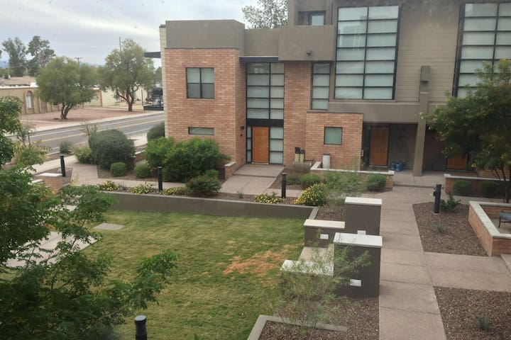 Spacious 3-story Townhouse near Downtown Tempe - Tempe - Townhouse