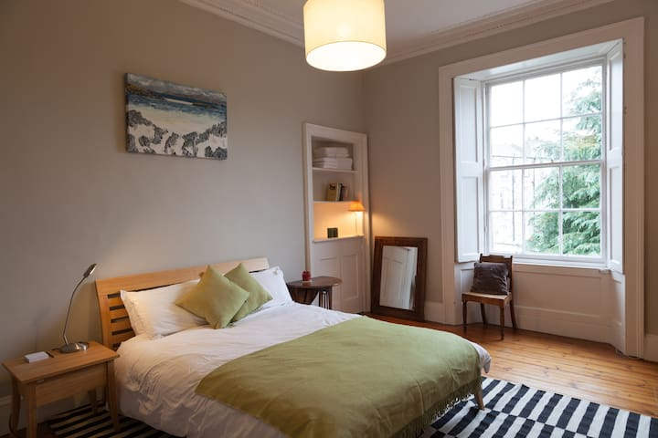 Large Double Bedroom - clean, comfy & central