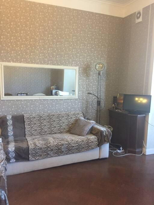 Двуспальный просторный диван-кровать раскладывается