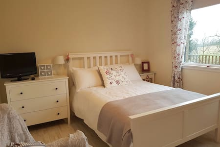 Bright room in large home with parking and garden - Old Plean - 獨棟